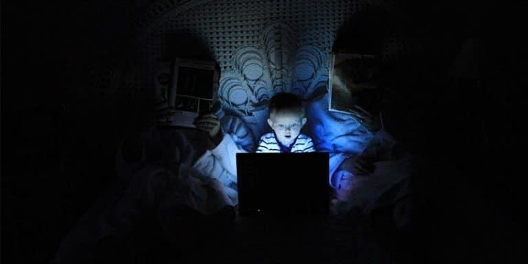 kind verslaafd achter een laptop