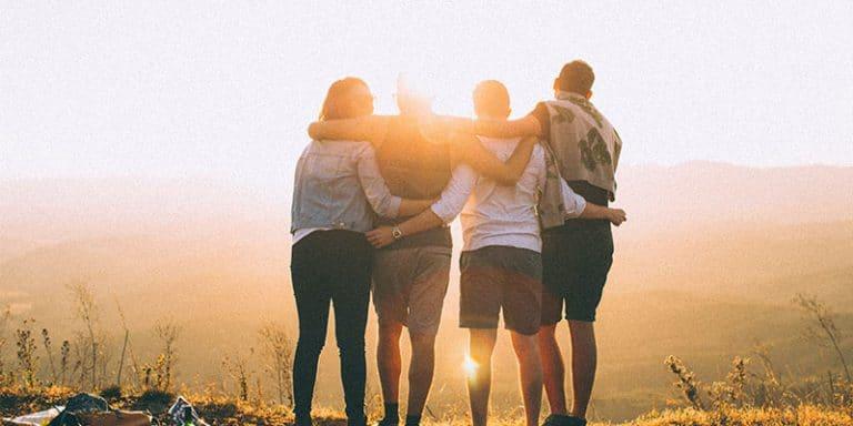 vrienden en familie die elkaar omhelsen en steunen
